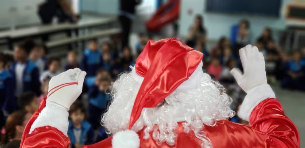 Foto - Crianças com presentes